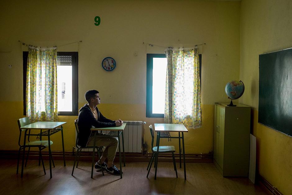 Julio Calle, de 17 años, en un aula de la escuela de su pueblo, Cabrero (Cáceres). david expósito